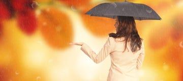 Составное изображение элегантной коммерсантки держа черный зонтик Стоковая Фотография RF