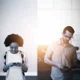 Составное изображение 2 людей занимая их smartphone Стоковое фото RF
