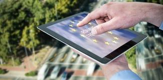 Составное изображение croped рук бизнесмена используя цифровую таблетку Стоковое Изображение RF
