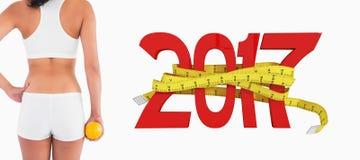 составное изображение 3D вид сзади женского худенького тела в шортах держа апельсин стоковые фото