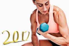 составное изображение 3D сильной женщины делая скручиваемость бицепса с голубой гантелью Стоковая Фотография