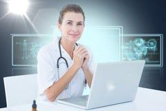 Составное изображение 3d уверенно женского доктора с компьтер-книжкой на таблице Стоковое Изображение RF