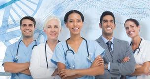 составное изображение 3D уверенно медицинской бригады смотря прочь стоковое фото rf