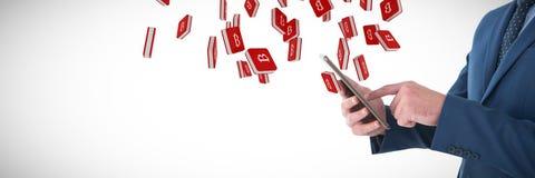Составное изображение midsection бизнесмена используя цифровую таблетку Стоковое Фото