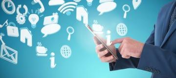 Составное изображение midsection бизнесмена используя цифровую таблетку Стоковые Изображения RF