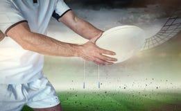 Составное изображение midsection игрока рэгби держа шарик Стоковые Изображения