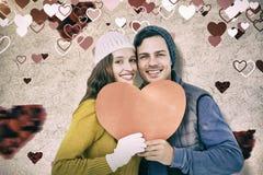 Составное изображение portarit счастливых пар держа бумажное сердце Стоковые Фотографии RF