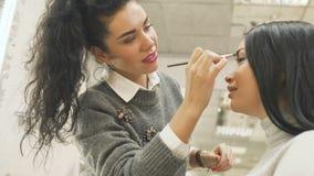 Составьте брови краски художника к молодой женщине акции видеоматериалы