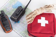 Составьте карту, навигатор gps, портативное радио, веревочка и бортовая аптечка на a Стоковое фото RF