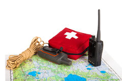 Составьте карту, навигатор gps, портативное радио, веревочка и бортовая аптечка на a Стоковая Фотография RF