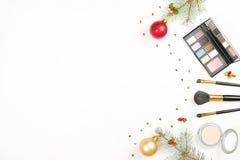 Составьте косметику с украшением рождества на белом положении квартиры предпосылки Стоковое Изображение RF