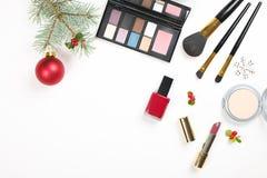 Составьте косметику с украшением рождества на белом положении квартиры предпосылки Стоковые Изображения RF