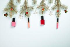 Составьте набор продуктов с оформлением рождества и произведите конверт на голубом положении квартиры предпосылки Стоковое Изображение RF