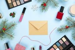 Составьте набор продуктов с оформлением рождества и произведите конверт на голубом положении квартиры предпосылки Стоковая Фотография RF