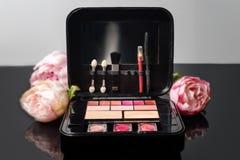 Составьте случай с косметиками и цветками Натюрморт женщины моды Стоковая Фотография