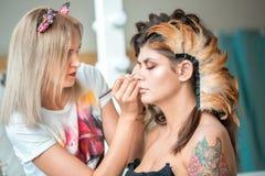 Составьте художника на работе, исправляя плетки глаза подготавливая мотель к фотосессии красоты стоковые изображения rf