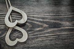 Состав белых деревянных сердец на винтажном деревянном празднике доски Стоковое фото RF