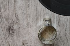 Состав, бутылка дух и часть большой плиты винила Стоковые Изображения RF