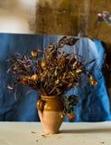 Состав вазы заполнил с вянуть цветками Стоковые Изображения RF