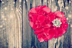 Состав валентинки при форма сердца сделанная из лепестков розы Стоковые Изображения