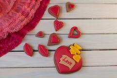 Состав валентинок St Взгляд сверху на красных тортах меда на деревянном столе Стоковые Изображения RF