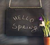 Состав весны с цветками и доской мела Стоковое Изображение