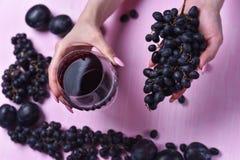 Состав вина, виноградины и слив стоковое изображение rf