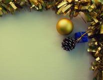Состав винтажного орнамента рождества плоский на белой доске Золотистая тесемка Стоковая Фотография RF