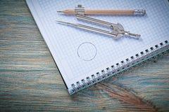 Состав винтажной тетради с прописями карандаша рассекателя на деревянной доске c Стоковое Фото