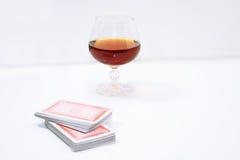 Состав выпивая и играя карточек стоковые фото