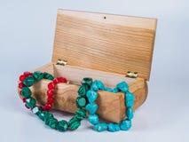 Состав высекаенной коробки драгоценности с ожерельями шарика на белой предпосылке Стоковое фото RF