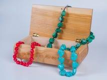 Состав высекаенной коробки драгоценности с ожерельями шарика на белой предпосылке Стоковое Изображение