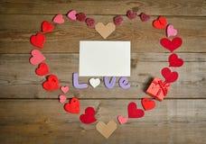 Состав влюбленности слова на деревянной доске Стоковое Изображение RF
