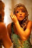 Девушка прикладывает mascara на глазах Стоковая Фотография