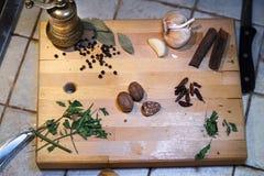 Состав естественных трав и специй на деревянной разделочной доске стоковые изображения rf