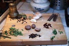 Состав естественных трав и специй на деревянной разделочной доске стоковое изображение