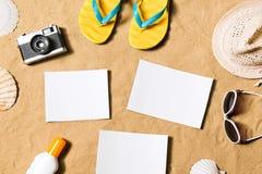 Состав летних каникулов Темповые сальто сальто, шляпа и другое вещество Стоковое Изображение RF