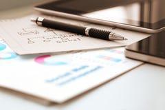 Состав дела с ручкой и бумагами 2 цифровой устройств Стоковое фото RF