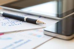 Состав дела с ручкой и бумагами 2 цифровой устройств Стоковая Фотография RF