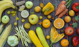 Состав желтых овощей и плодоовощей - банана, мозоли, лимона, сливы, абрикоса, перца, цукини, томата, фасолей спаржи, ginge Стоковые Фото