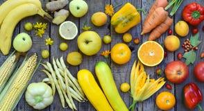 Состав желтых овощей и плодоовощей - банана, мозоли, лимона, сливы, абрикоса, перца, цукини, томата, фасолей спаржи, ginge Стоковое Изображение RF