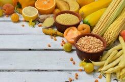 Состав желтых овощей, фасолей и плодоовощей - банана, мозоли, лимона, сливы, абрикоса, перца, цукини, томата, фасоль спаржи, Стоковые Изображения