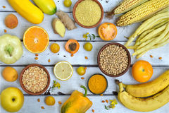 Состав желтых овощей, фасолей и плодоовощей - банана, мозоли, лимона, сливы, абрикоса, перца, цукини, томата, фасоль спаржи, Стоковые Фото