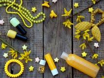 Состав желтых аксессуаров для маленькой девочки или подростка Маникюры, губная помада, зажимы волос, диапазоны, шарики, браслет,  Стоковое Фото