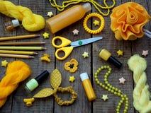 Состав желтых аксессуаров для маленькой девочки или подростка Маникюры, губная помада, зажимы волос, диапазоны, шарики, браслет,  Стоковые Изображения RF