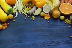 Состав желтых овощей и плодоовощей - банана, мозоли, лимона, сливы, абрикоса, перца, цукини, томата, фасолей спаржи, ginge Стоковые Изображения RF