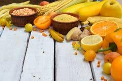 Состав желтых овощей, фасолей и плодоовощей - банана, мозоли, лимона, сливы, абрикоса, перца, цукини, томата, фасоль спаржи, Стоковое Изображение RF