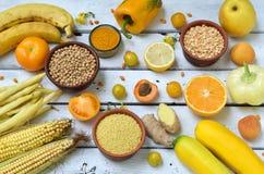 Состав желтых овощей, фасолей и плодоовощей - банана, мозоли, лимона, сливы, абрикоса, перца, цукини, томата, фасоль спаржи, Стоковые Изображения RF