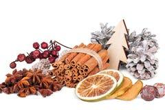Состав зимы с специями, кусками цитрусовых фруктов, p Стоковые Изображения RF