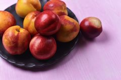 Состав зрелых персиков стоковое фото